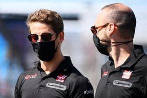 Romain Grosjean, Haas F1 walks the track with a member of the team