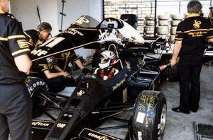 Mechanics on Elio de Angelis's Lotus 95T Renault
