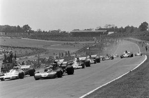 François Cevert, Tyrrell 002 Ford precede Carlos Reutemann, Brabham BT37 Ford e Mike Hailwood, Surtees TS9B Ford alla partenza