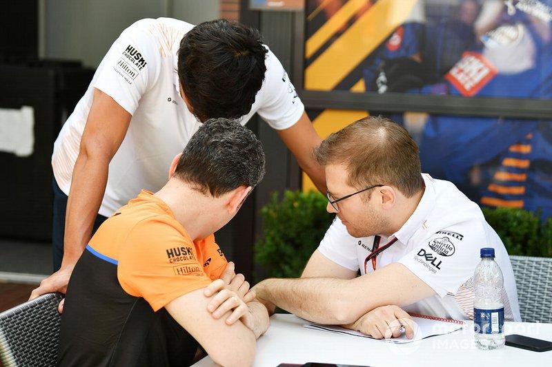 Carlos Sainz Jr., McLaren con Andreas Seidl, Team Principal, McLaren