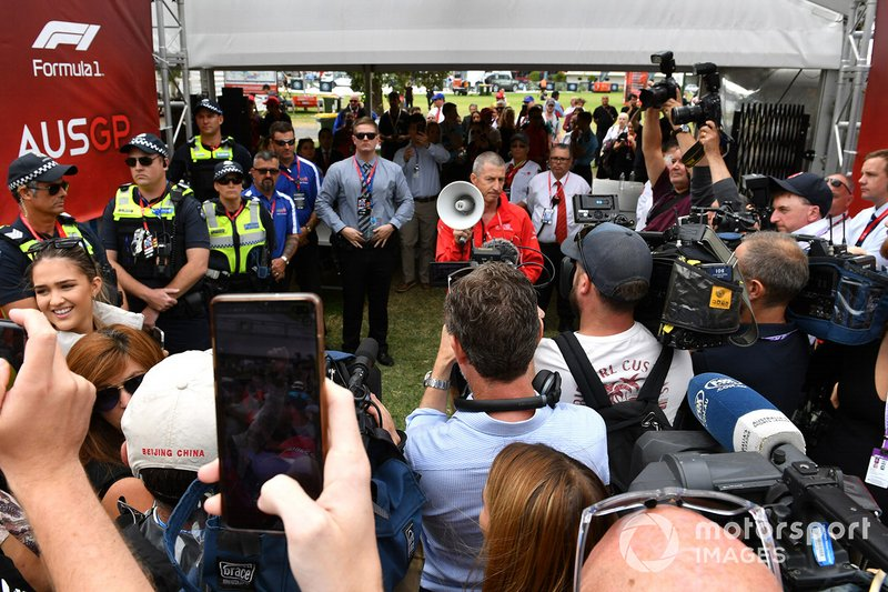 Un membro della Australian Grand Prix Corporation fa un annuncio