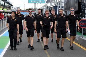 Romain Grosjean, Haas F1 on his trackwalk with members of the team
