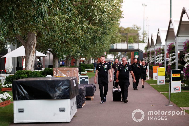 Il personale di AlphaTauri Honda nel paddock con le casse da imballaggio