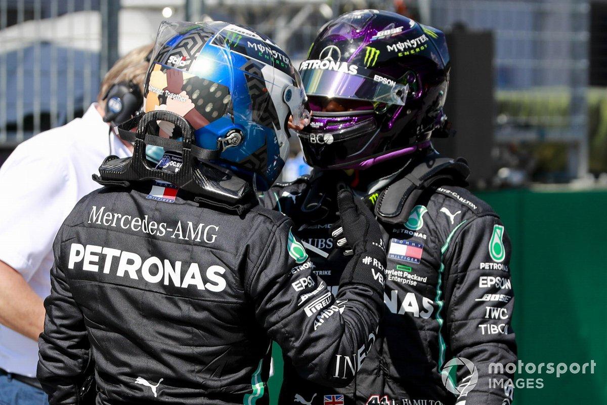 Il poleman Valtteri Bottas, Mercedes-AMG Petronas F1, e Lewis Hamilton, Mercedes-AMG Petronas F1, si congratulano tra loro per la griglia di partenza dopo le qualifiche