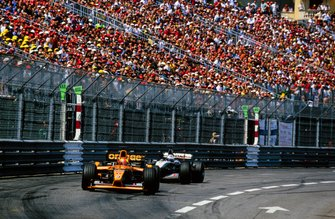 Enrique Bernoldi, Arrows A22 Asiatech leads David Coulthard, Mclaren MP4-16