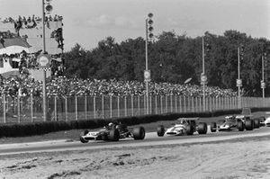 Jackie Stewart, March 701 Ford ve Pedro Rodriguez, BRM P153 ve Clay Regazzoni, Ferrari 312B