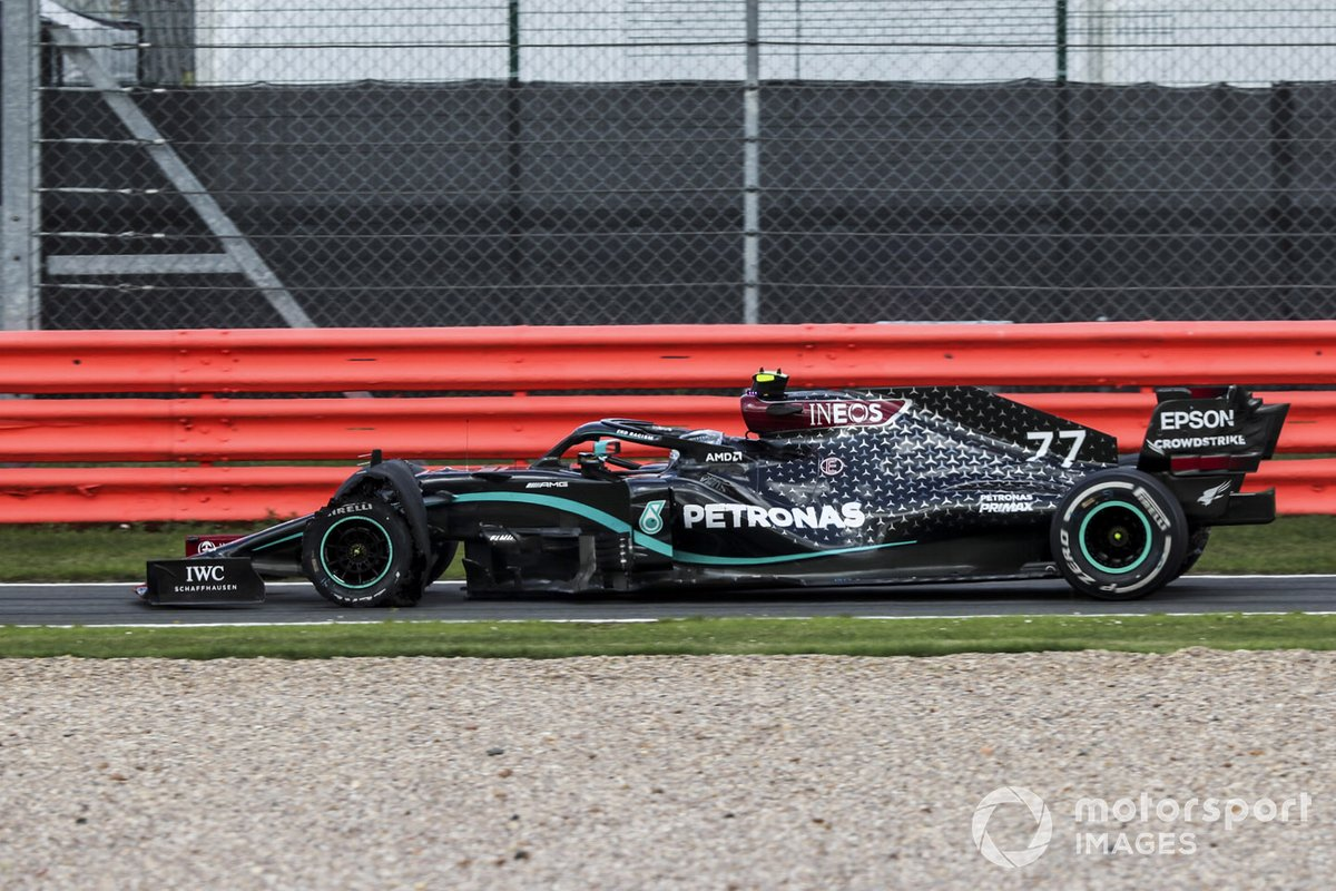 Valtteri Bottas, Mercedes F1 W11 entra in pitlane con una gomma bucata