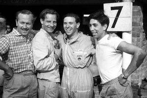 El dueño del equipo Lotus, Colin Chapman, Innes Ireland, Jim Clark, Alan Stacey