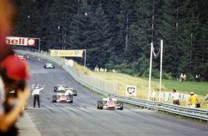 Jacky Ickx, Ferrari 312B toma la bandera a cuadros para la victoria por delante de Clay Regazzoni, Ferrari 312B
