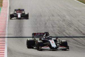 Romain Grosjean, Haas VF-20, leads Antonio Giovinazzi, Alfa Romeo Racing C39