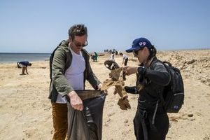 Sara Price, Segi TV Chip Ganassi Racing, stopt vuilnis in een zak