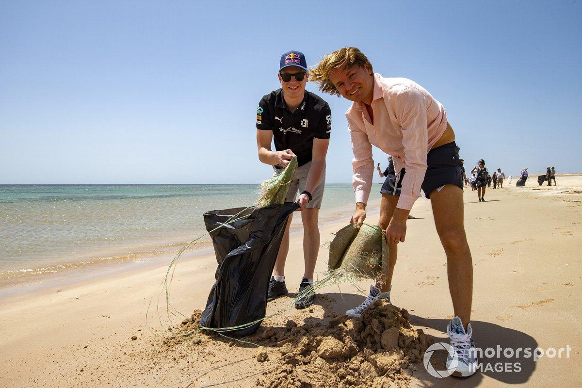 Johan Kristoffersson, Rosberg X Racing, y Nico Rosberg, fundador y CEO del Rosberg X Racing, recogen basura de la playa