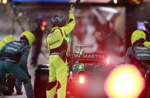 Lance Stroll, Aston Martin AMR21, quitte son stand après un arrêt