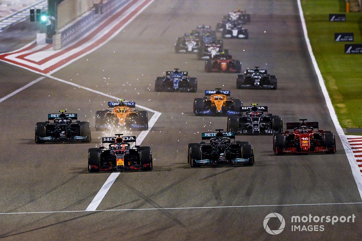 Max Verstappen, Red Bull Racing RB16B, Lewis Hamilton, Mercedes W12, Charles Leclerc, Ferrari SF21, Valtteri Bottas, Mercedes W12, Lando Norris, McLaren MCL35M, e il resto delle auto alla partenza della gara