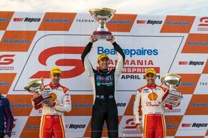 Le vainqueur Chaz Mostert, Walkinshaw Andretti United Holden, 2ᵉ Anton De Pasquale, Dick Johnson Racing, 3ᵉ Will Davison, Dick Johnson Racing
