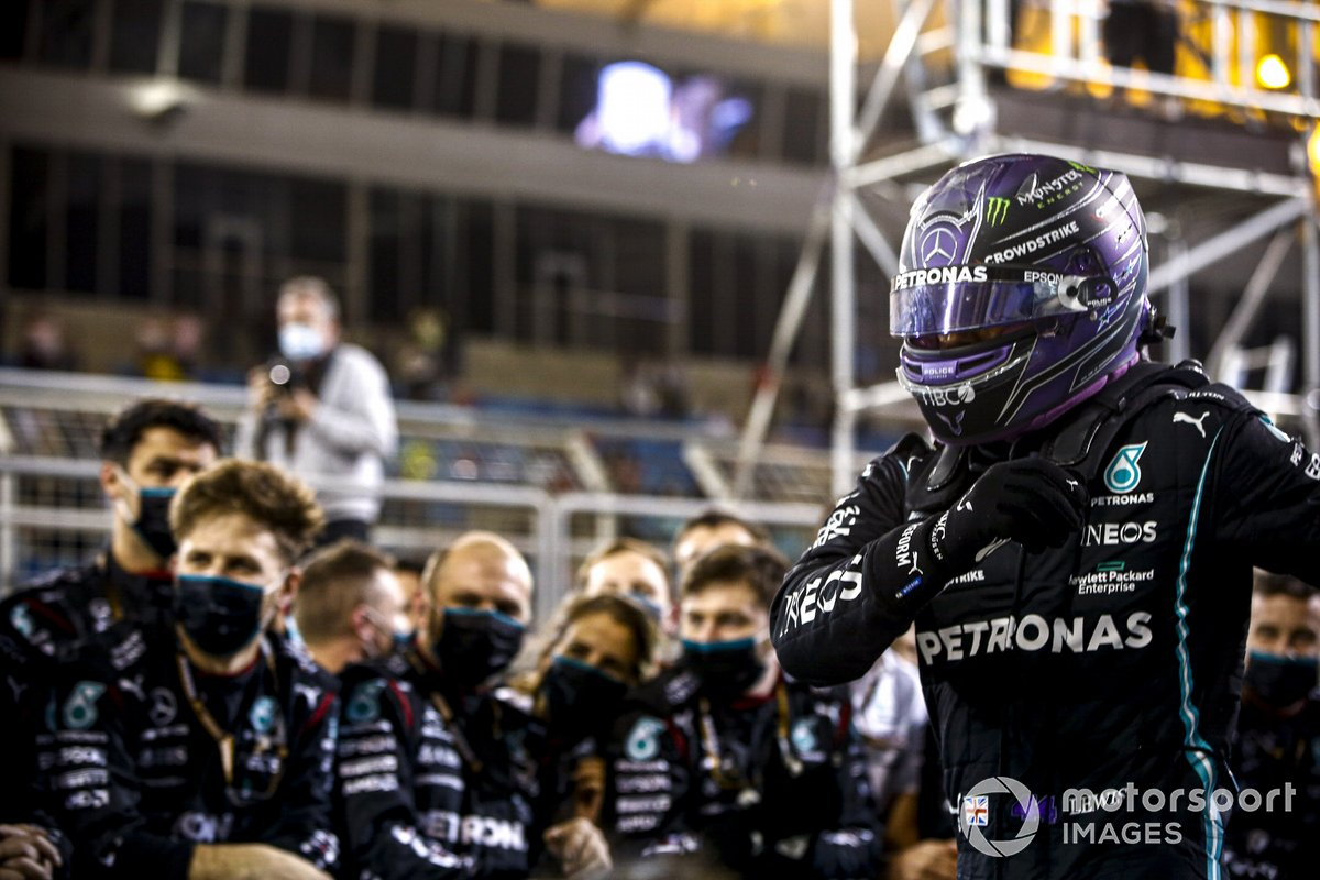 Ganador de la carrera Lewis Hamilton, Mercedes, celebra en Parc Ferme con el equipo