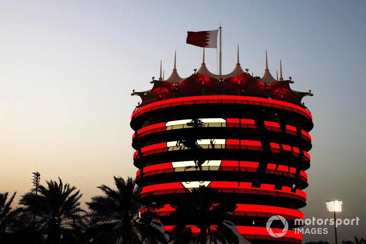 La marca Ferrari en un edificio del circuito