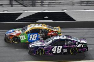 Alex Bowman, Hendrick Motorsports, Chevrolet Camaro Ally Kyle Busch, Joe Gibbs Racing, Toyota Camry M&M's
