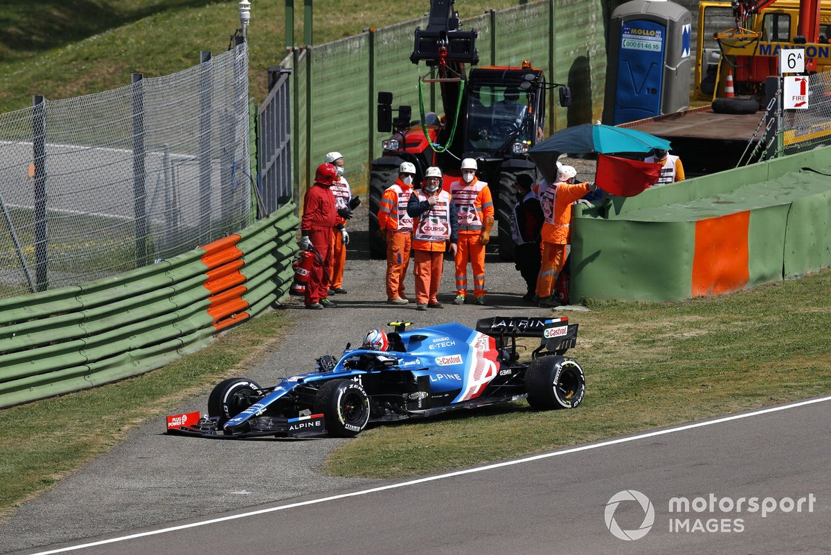 Esteban Ocon, Alpine A521, esce dalla sua auto dopo l'incidente