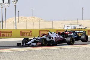 Antonio Giovinazzi, Alfa Romeo Racing C41, Lance Stroll, Aston Martin AMR21