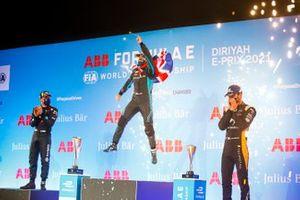 Robin Frijns, Envision Virgin Racing, il vincitore della gara Sam Bird, Panasonic Jaguar Racing e Jean-Eric Vergne, DS Techeetah festeggiano sul podio