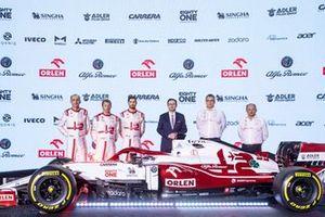 Robert Kubica, Kimi Raikkonen, Antonio Giovinazzi, Alfa Romeo Racing, mit Daniel Obajtek, Jan Monchaux und Frederic Vasseur