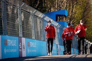 Alex Lynn, Mahindra Racing, walks the track with team mates