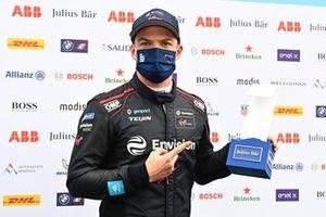 Le poleman Nick Cassidy, Envision Virgin Racing, avec son trophée