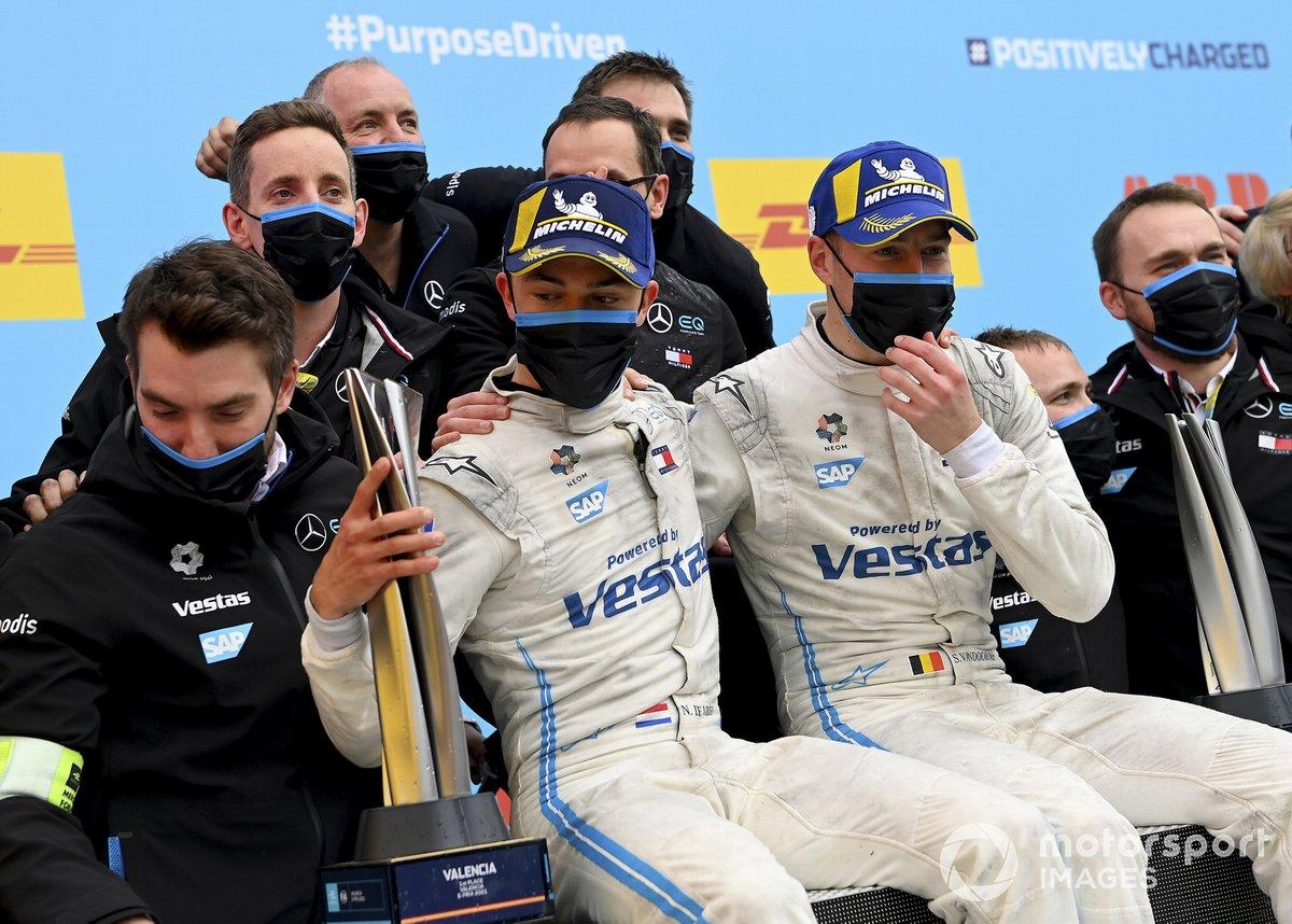 Nyck de Vries, Mercedes-Benz EQ, 1ª posición, Stoffel Vandoorne, Mercedes-Benz EQ, 3ª posición, el equipo Mercedes Benz EQ celebra en el podio
