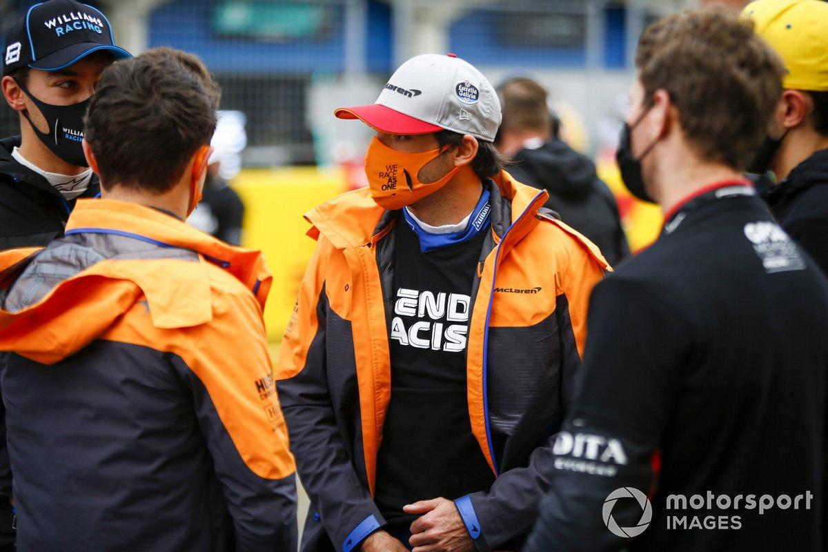 Lando Norris, McLaren, George Russell, Williams Racing, y Carlos Sainz Jr., McLaren