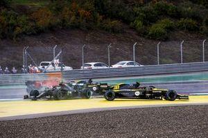 Esteban Ocon, Renault F1 Team R.S.20 and Valtteri Bottas, Mercedes F1 W11 crash at the start of the race