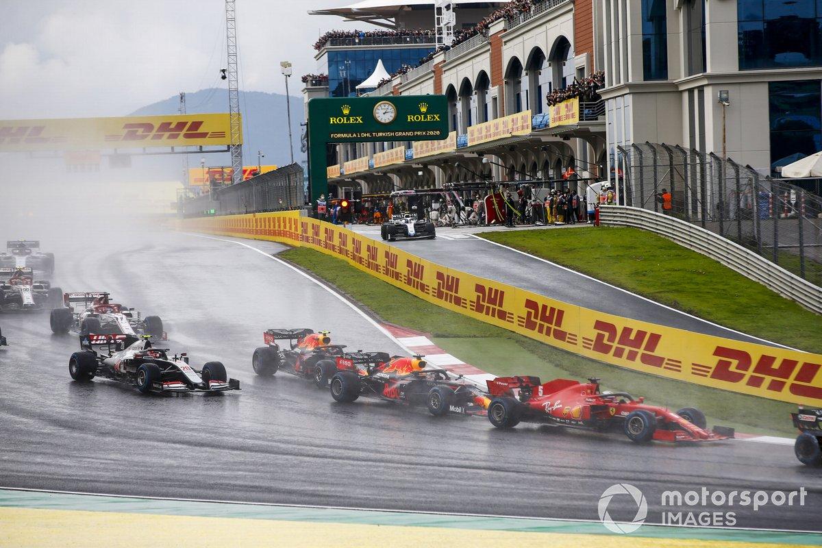 Sebastian Vettel, Ferrari SF1000, Alex Albon, Red Bull Racing RB16 y Kevin Magnussen, Haas VF-20 en la salida