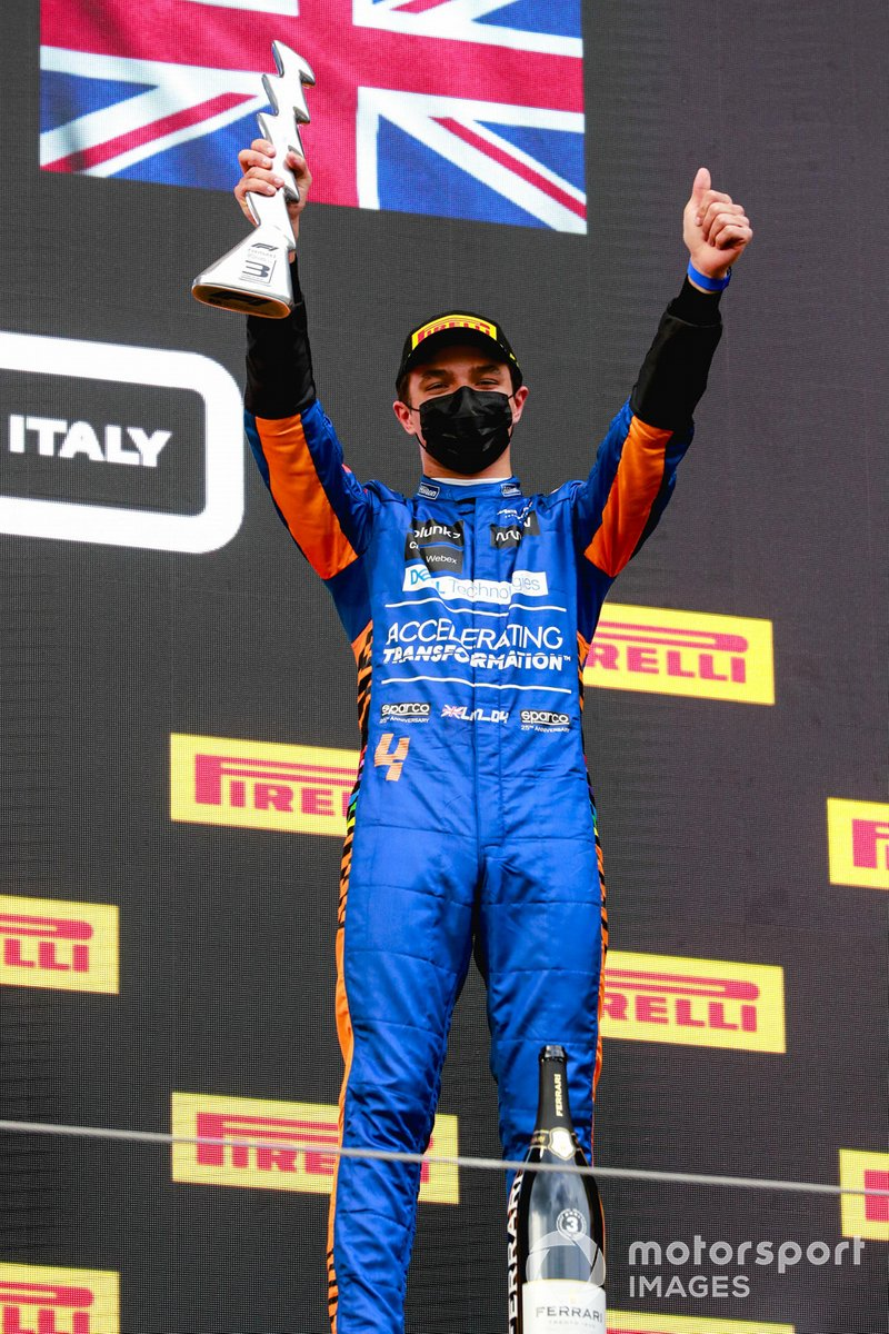 Lando Norris, McLaren, 3° sul podio il trofeo