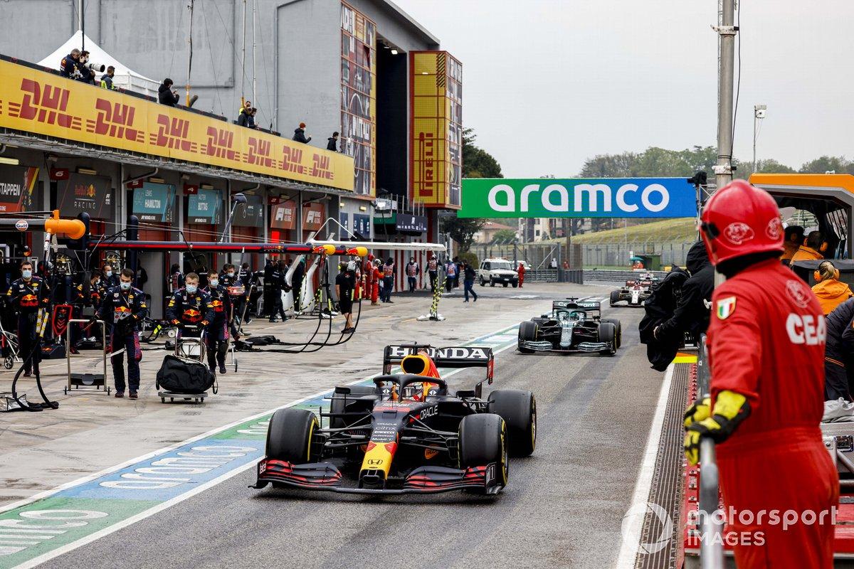 Max Verstappen, Red Bull Racing RB16B, Lance Stroll, Aston Martin AMR21, Antonio Giovinazzi, Alfa Romeo Racing C41, en pits