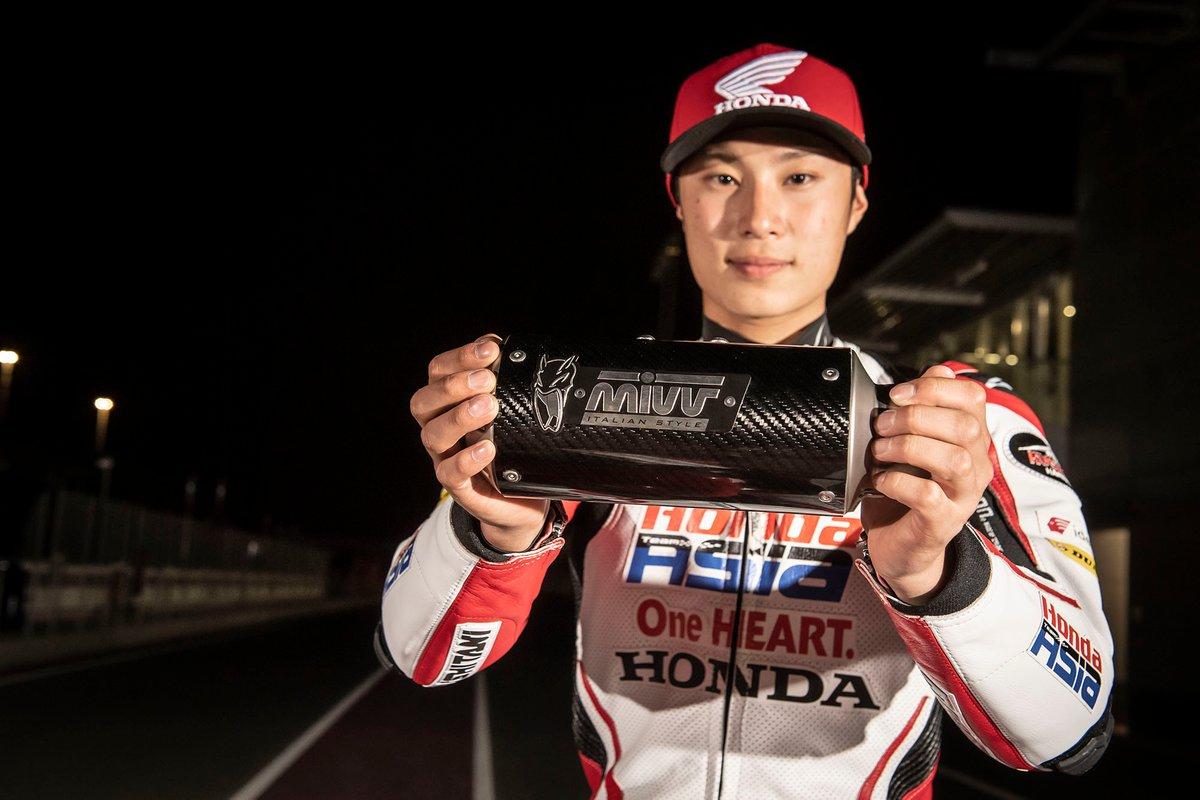 Yuki Kunii, Honda Team Asia, memegang knalpot MIVV