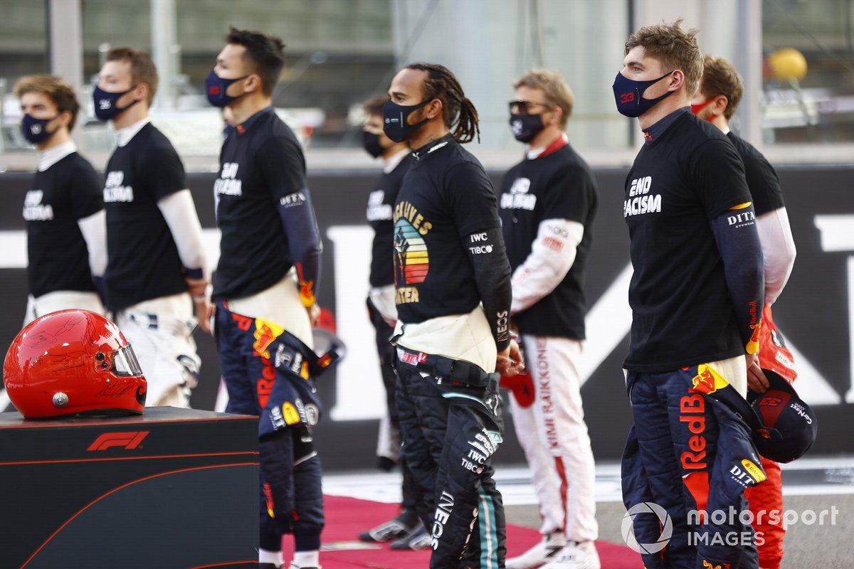 Lewis Hamilton, Mercedes-AMG F1, e gli altri piloti sulla griglia prima dell'inizio