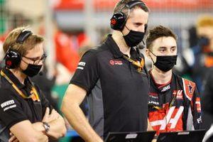 Los ingenieros de Haas F1 en la parrilla