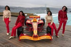 Galatasaray Superleague Formula aracı ve kızlar