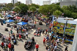 IndyCars und Fans im Fahrerlager