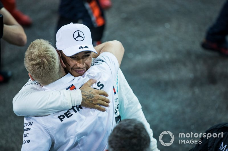 Lewis Hamilton, Mercedes AMG F1, 1ª posición, celebra con sus compañeros después de la carrera