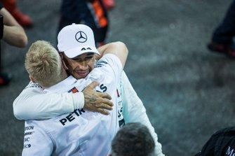 Lewis Hamilton, Mercedes AMG F1, primo classificato, festeggia con il compagno di squadra dopo la gara