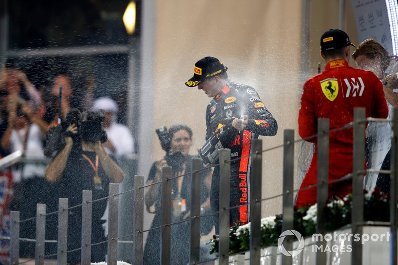 Max Verstappen, Red Bull Racing, secondo classificato, Lewis Hamilton, Mercedes AMG F1, primo classificato, e Charles Leclerc, Ferrari, terzo classificato, spruzza Champagne sul podio