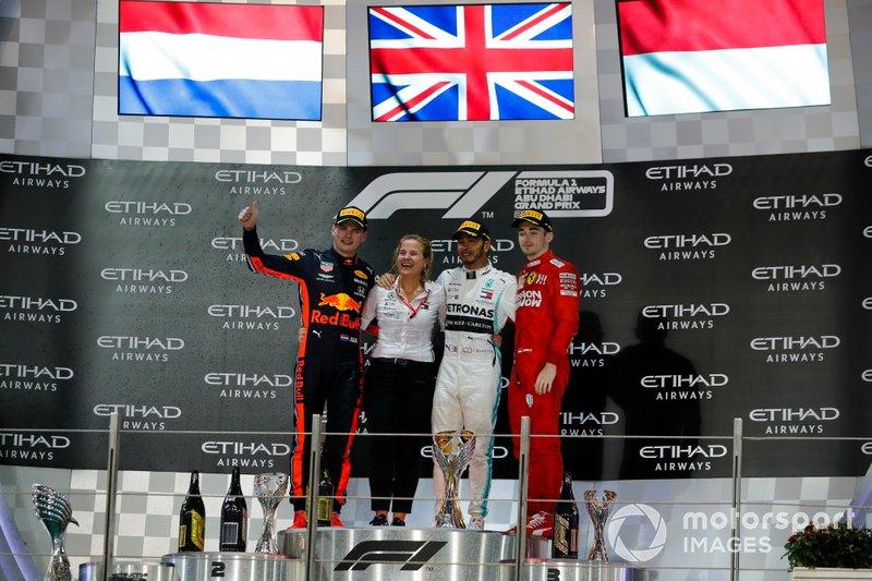 Max Verstappen, Red Bull Racing, secondo classificato, la delegata a ricevere il Mercedes Constructors trophy, Lewis Hamilton, Mercedes AMG F1, primo classificato e campione del mondo, e Charles Leclerc, Ferrari, terzo classificato, sulla griglia