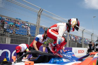 Pascal Wehrlein, Mahindra Racing climbs out of his M6Electro on the grid