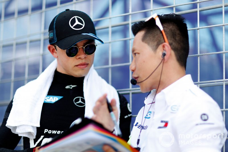 Nyck De Vries, Mercedes Benz EQ chats with his engineer on the grid