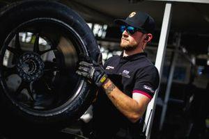 Miembro del equipo Porsche con una rueda