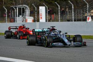 Valtteri Bottas, Mercedes F1 W11, devant Charles Leclerc, Ferrari SF1000