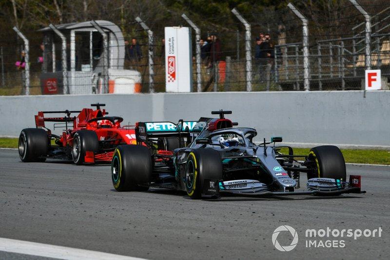 Valtteri Bottas, Mercedes F1 W11, precede Charles Leclerc, Ferrari SF1000
