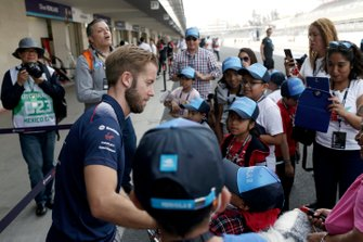 Sam Bird, Virgin Racing, incontra i bambini in pit lane durante la visita