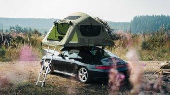 Porsche 911 Carrera 4S con tienda de campaña